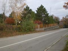 Pohľad na susedný pozemok z predávaného pozemku